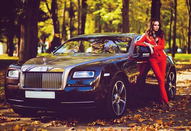 #RichKidsOfInstagram: When you're rich, you stroll at the park with your Rolls Royce Phantom
