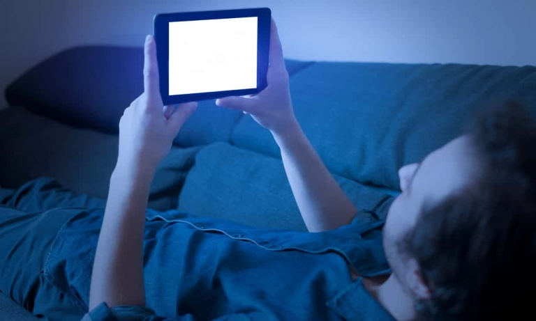 Study Finds Blue Light From Your Smartphone Screen Accelerates Blindness