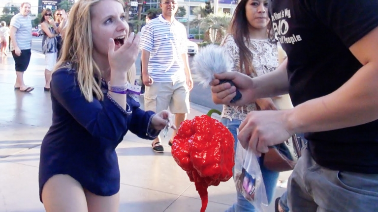 Watch This Guy Challenges People To Eat The World's Hottest Pepper! The Result Is Epic!