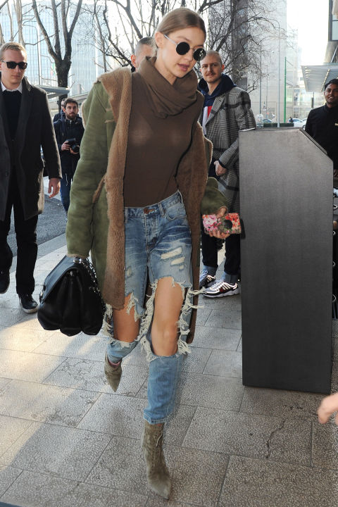 #StyleInspiration: Gigi Hadid + ripped jeans + ankle boots + round sunglass = 😍