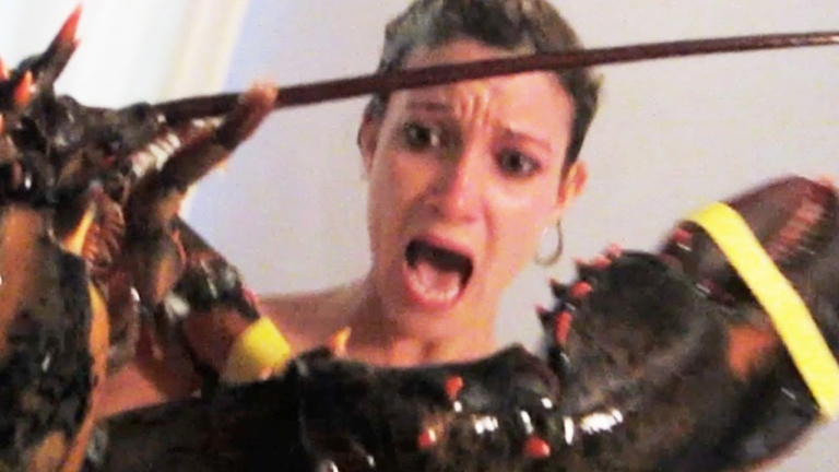 This guy pranked his girlfriend with a live lobster while she's on the shower