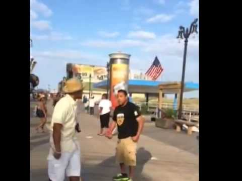Got what he deserves! Aggressive bully got KO'd with one punch by street vendor!