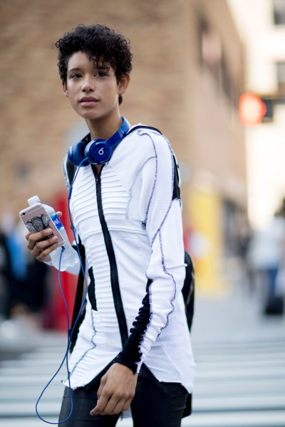 New York Fashion Week 2017 Street Style, iPhone + Beats Headphone + Cool White Tops ✌️