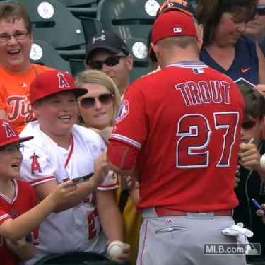 Mike Trout signing autograph made a young boy cry