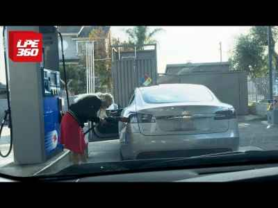 This woman tries to fill up her #Tesla in a gas station while people laughed