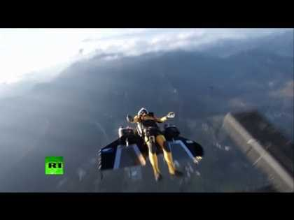 #Extreme: Yves Rossy nicknamed #Jetman soars alongside iconic Mount Fuji