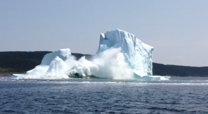 #WTF: A couple were admiring the iceberg when all of a sudden it collapsed! Watch!