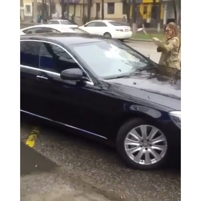 Crazy bitch in a fender bender attacked car with a golf club then flee 😈